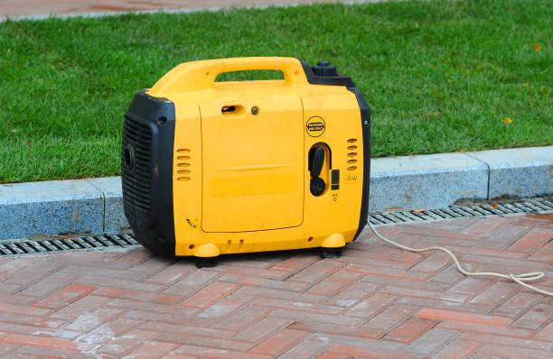 utilizando el generador portátil diesel eléctrica en la calle. - generadores fotografías e imágenes de stock