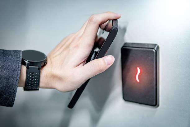 Verwenden von Smarphone zum Scannen von Türsensoren – Foto