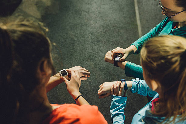 using smart watches while training - chrono sport photos et images de collection