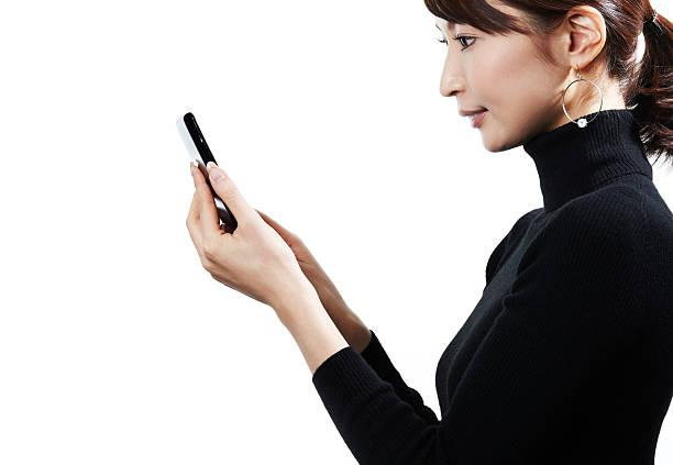 スマートフォンを使用して - 女性 横顔 日本人 ストックフォトと画像