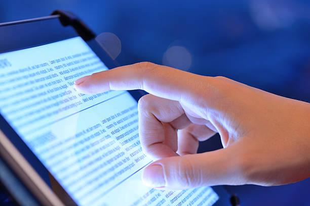 tablettcomputer verwenden - publikation stock-fotos und bilder