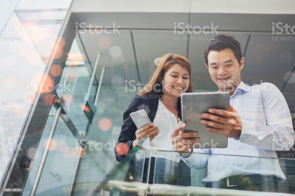 Technologie bei Geschäftsreisen in Singapur. – Foto