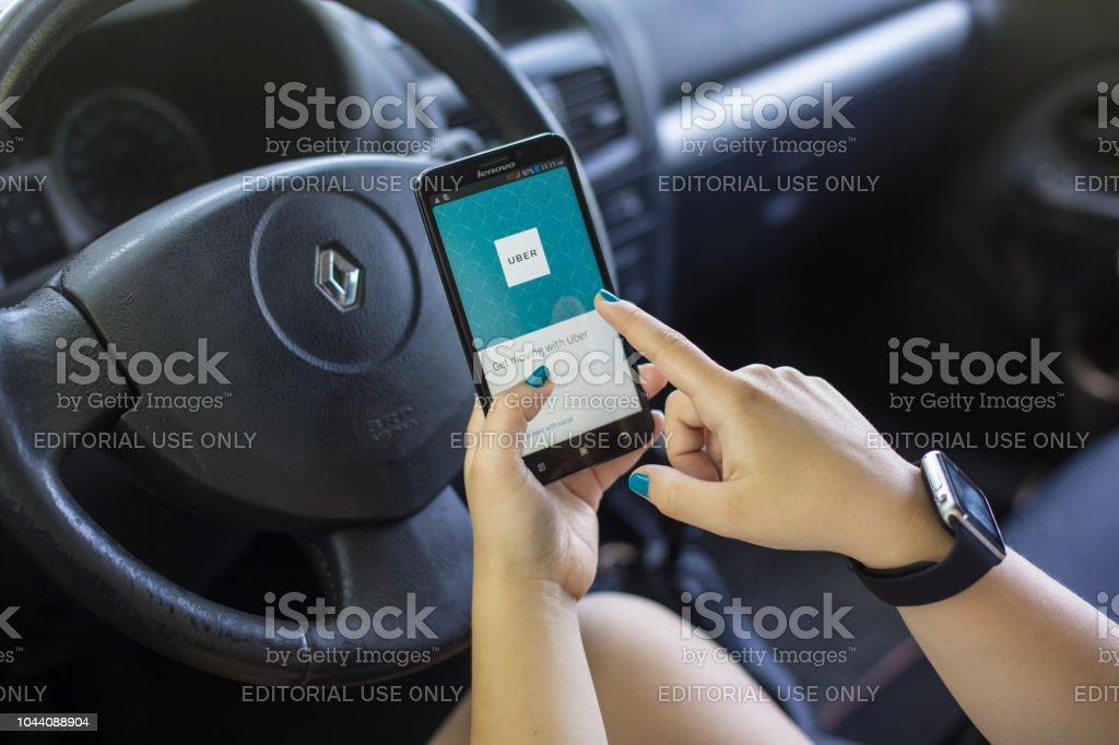 En utilisant l'application Uber - Photo