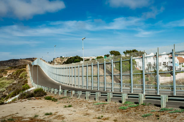 us-mexikanischen grenzzaun in kalifornien - süd kalifornien stock-fotos und bilder