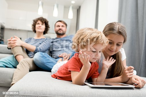 istock Usual Day of Lovely Family 909196354