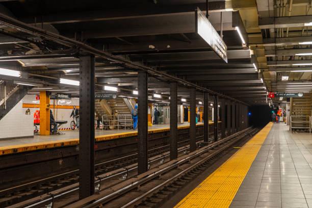 通常、ニューヨーク市の混雑した14ストリートレインステーションは、covid-19コロナウイルスの流行のためにさびれています。 - corona newyork ストックフォトと画像