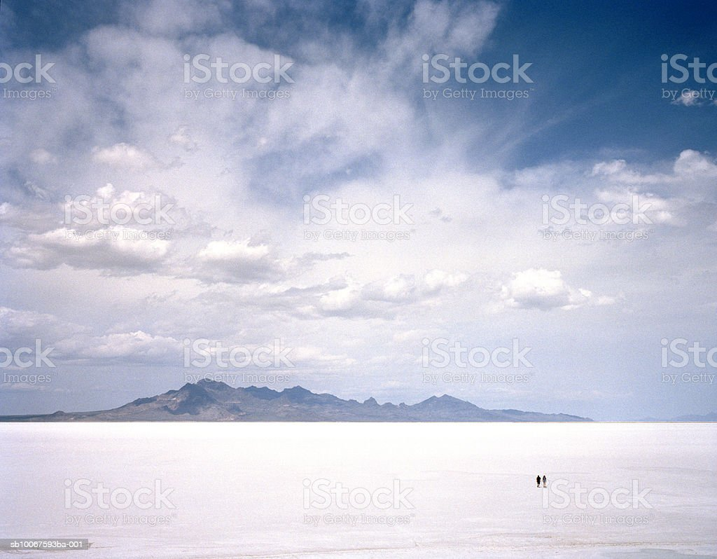 Utah, Bonneville Salt Flats, Two people in salt flats royalty-free 스톡 사진