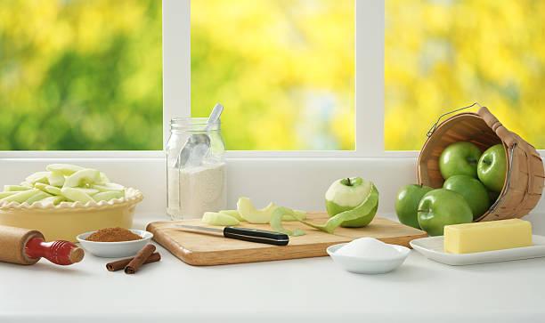 vorbereitung apple pie - peeling zu hause machen stock-fotos und bilder
