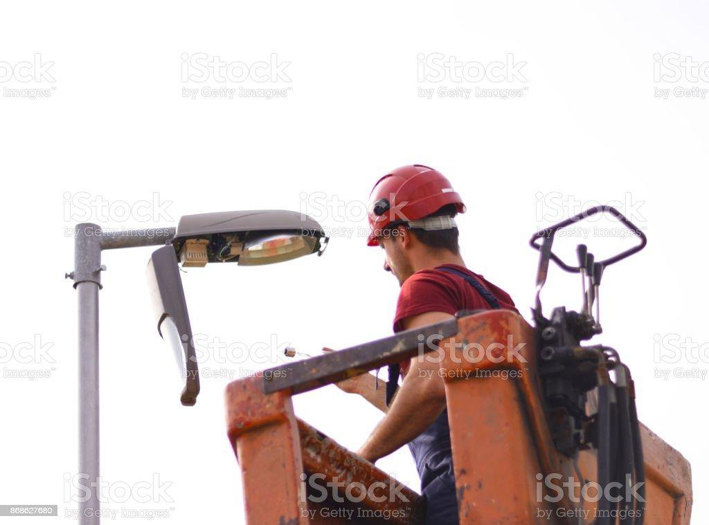 Dienstprogramm Arbeiter eine Videokamera installieren und Auswechseln Glühbirne – Foto