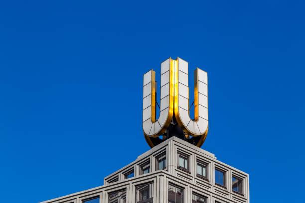 u-turm, dortmunder u logo nahaufnahme in dortmund, deutschland - stadt dortmund ausbildung stock-fotos und bilder