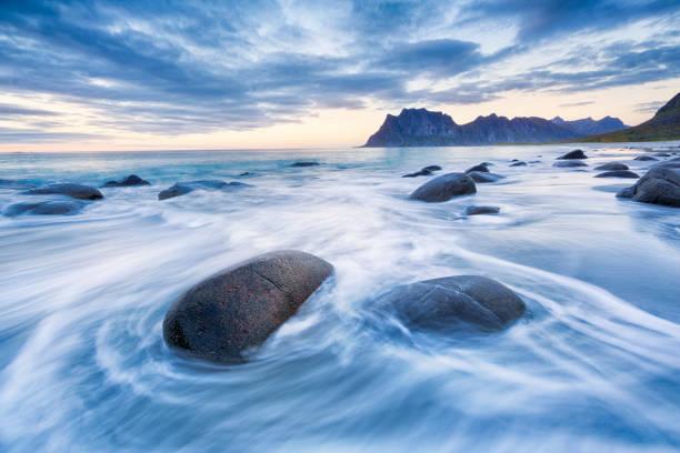 uttakleiv beach, lofoten, norvège - paysage zen photos et images de collection