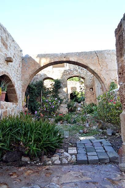 Uue maison en ruine. Une maison en ruine transformer en jardin. ruine stock pictures, royalty-free photos & images