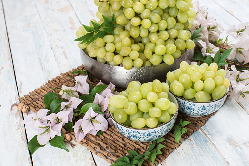 Uvas Verdes, Green Grapes with Flowers