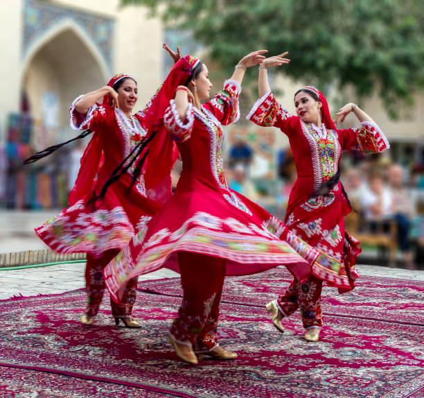 oezbeekse traditionele dansen - oezbekistan stockfoto's en -beelden