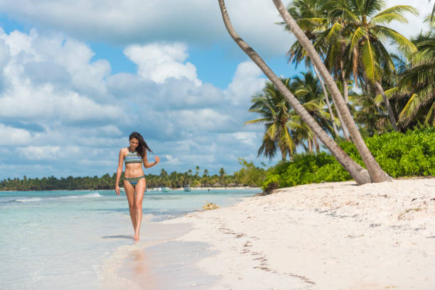 vacaciones en paraíso, república dominicana - mujeres dominicanas fotografías e imágenes de stock