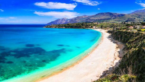 urlaub auf der insel sizilien. schöner strand scopello, italien - sizilien strände stock-fotos und bilder