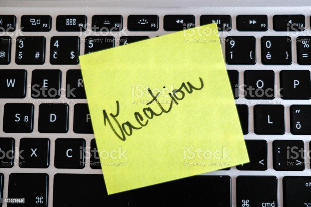 Vacances nécessaires. Message de bureau de vacances sur ordinateur portable. Hors bureau. photo libre de droits