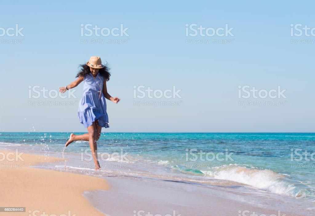 海上度假。海灘度假激動跳躍的女人。 免版稅 stock photo