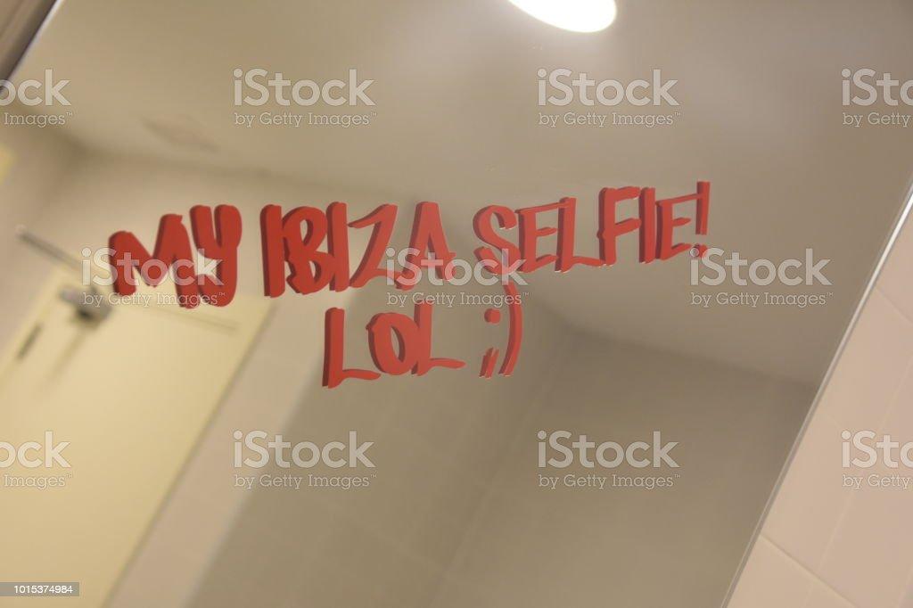Foto De Frases De Férias São Escritas No Espelho E Mais