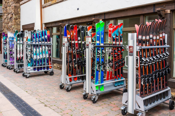 vacation town in colorado with store shops and snowboard ski rack - negozio sci foto e immagini stock