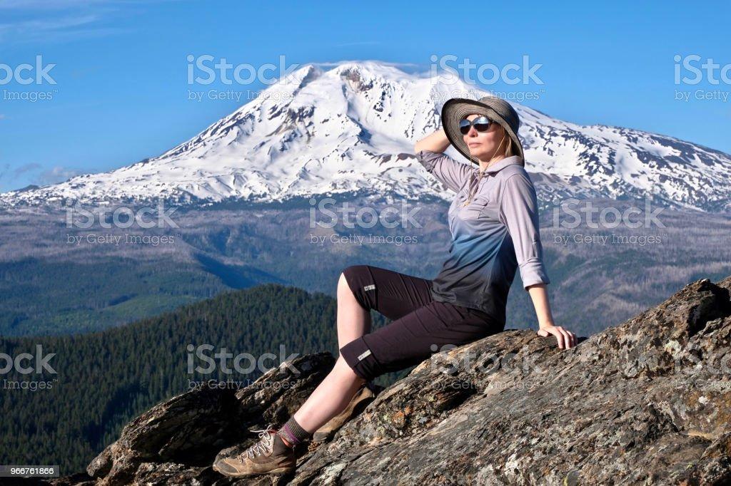 Urlaubsreisen in Oregon. Mittelalter Frau entspannend auf Berggipfel, Gletscher am Mount Adams.  Portland. Oregon. Vereinigte Staaten von Amerika. – Foto
