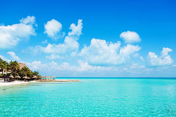 urlaub tropischen strand-resort hotel mit meerblauem wasser und blauer himmel - mexikanische möbel stock-fotos und bilder
