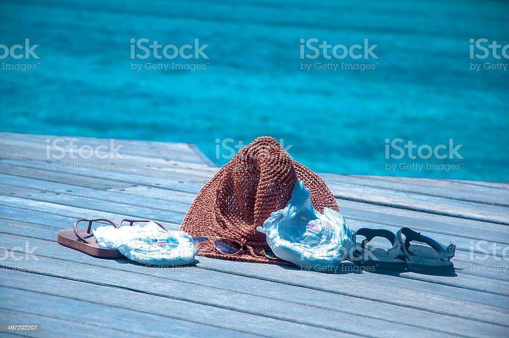 Vacances avec des couches pour bébés tout-petits, tongs, chapeaux de soleil verre - Photo