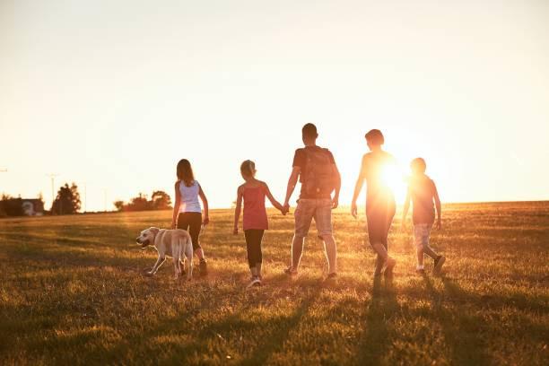 vacanze in campagna - family foto e immagini stock