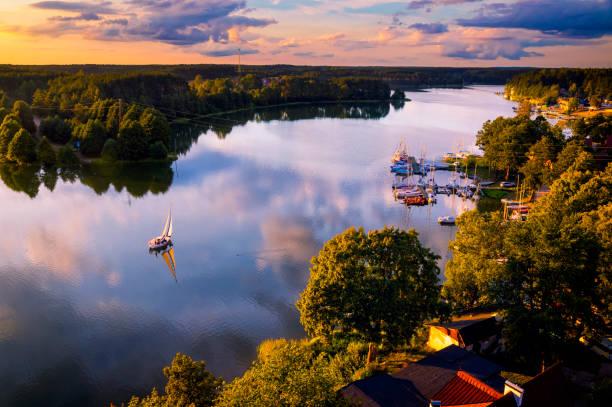 vakanties in polen-vakantie met een zeilboot aan het meer - polen stockfoto's en -beelden