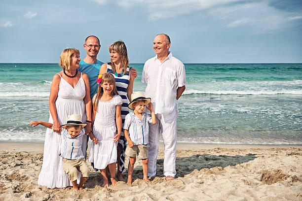 vacations foto von multi-generation family - senior bilder wasser stock-fotos und bilder