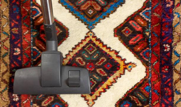 staubsauger auf einem teppich - hausgemachte teppichreiniger stock-fotos und bilder