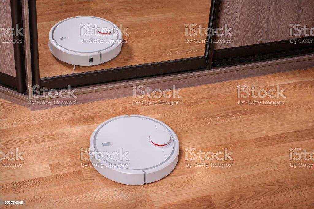 aspirador aspiradora de piso cerca del armario con espejo foto de stock libre de derechos