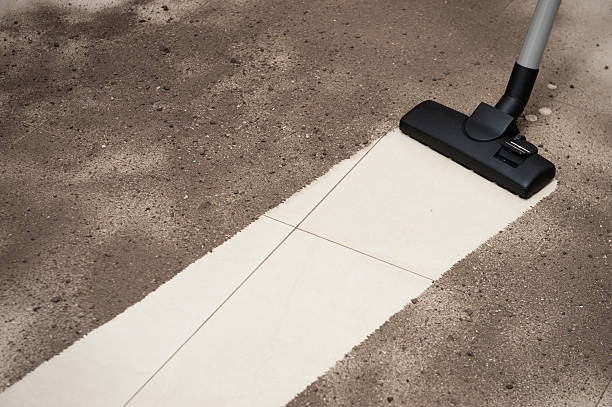 Vakuum Reinigung Schmutz auf einem Fliesenboden – Foto