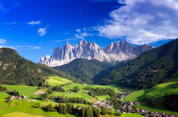 val di funes, san giovanni church panorama - villnöss, southtirol - европейские альпы стоковые фото и изображения