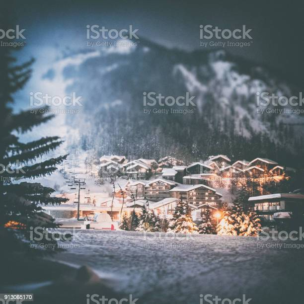 Val disere french ski resort illuminated village by snowy night in picture id913065170?b=1&k=6&m=913065170&s=612x612&h=6kppehovwnoeghdsagexpfej2f6hvcjd5l9pdpg7sa4=