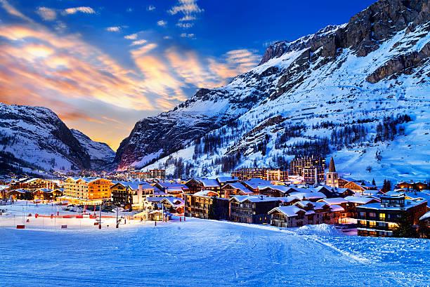 валь-д'изер город - европейские альпы стоковые фото и изображения