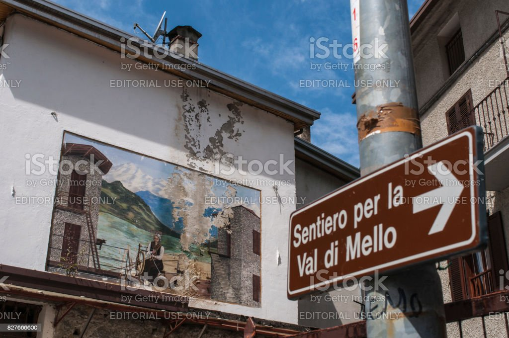 Val Masino: the sign of the footpath for the Mello Valley, Val di Mello, green valley surrounded by granite mountains and forest trees stock photo