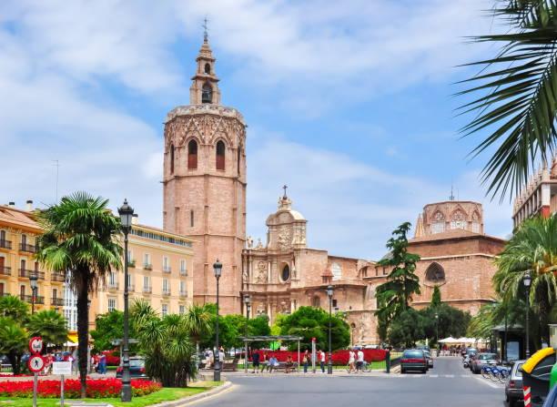 kathedraal van valencia en torre del miguelete toren, spanje - valencia stockfoto's en -beelden