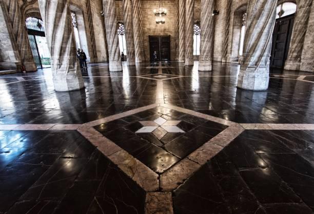 Valencia, Mercato della seta Mercato della seta, particolare architettonico della sala centrale. Turisti in visita. mercato stock pictures, royalty-free photos & images