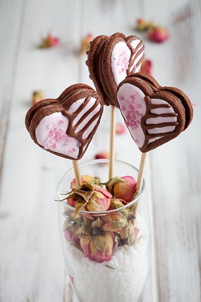 valentine cookie-akzenten - lutscher cookies stock-fotos und bilder