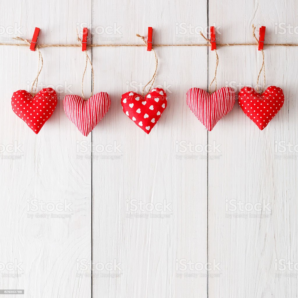 Valentine day background, pillow hearts border on wood, copy space - foto de stock