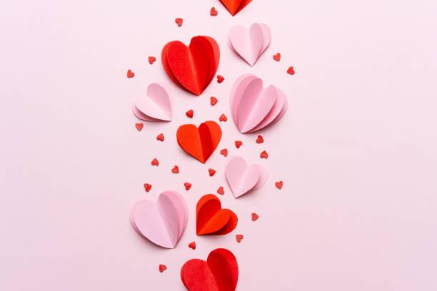 walentynkowa kompozycja z pudełkiem prezentowym i czerwonymi sercami, szablon zdjęcia na różowym tle. - kartka na walentynki zdjęcia i obrazy z banku zdjęć