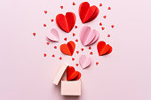 ギフトボックスと赤いハート、ピンクの背景に写真テンプレートとバレンタインデーの組成物。