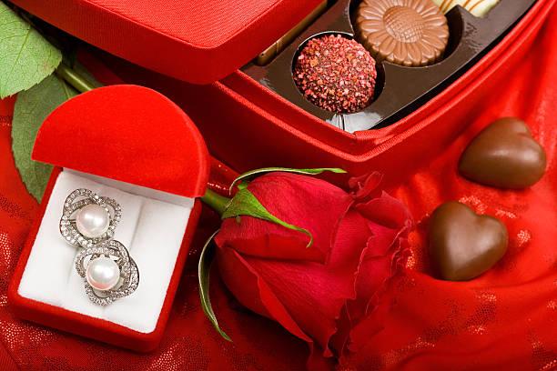 valentinstag-geschenk - ohrringe rose stock-fotos und bilder
