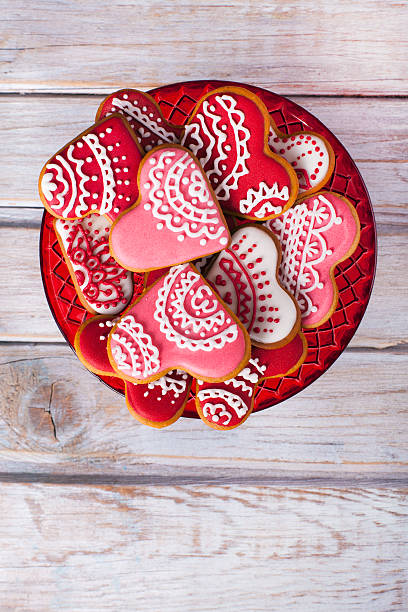 valentine's background with heart shaped gingerbread cookies. - hausgemachte zuckerplätzchen stock-fotos und bilder