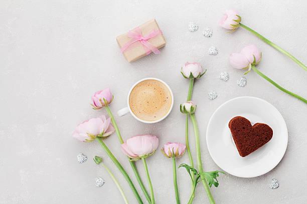 valentines breakfast with coffee, gift, flowers, cake heart. flat lay. - romantische karten stock-fotos und bilder