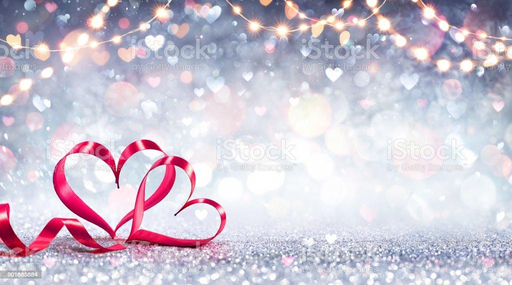 Valentinstag Karte - Red Ribbon Hearts auf Silber glänzenden Hintergrund geprägt – Foto