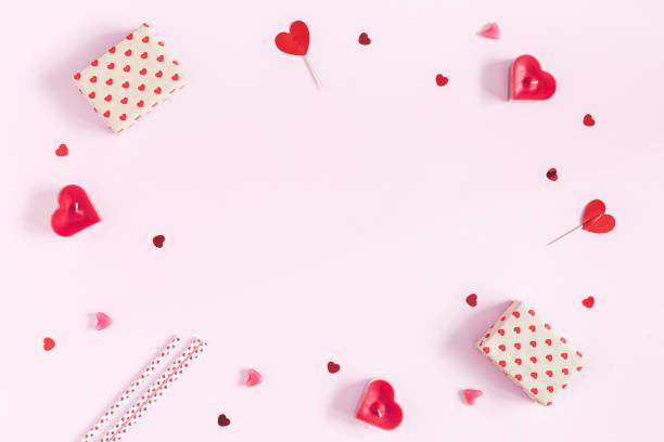 valentinstag hintergrund. flach legen, top aussicht, textfreiraum - valentinstag stock-fotos und bilder