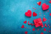 ギフト ボックスと赤の心でバレンタインデーの背景。平面図です。フラット レイアウト スタイルです。
