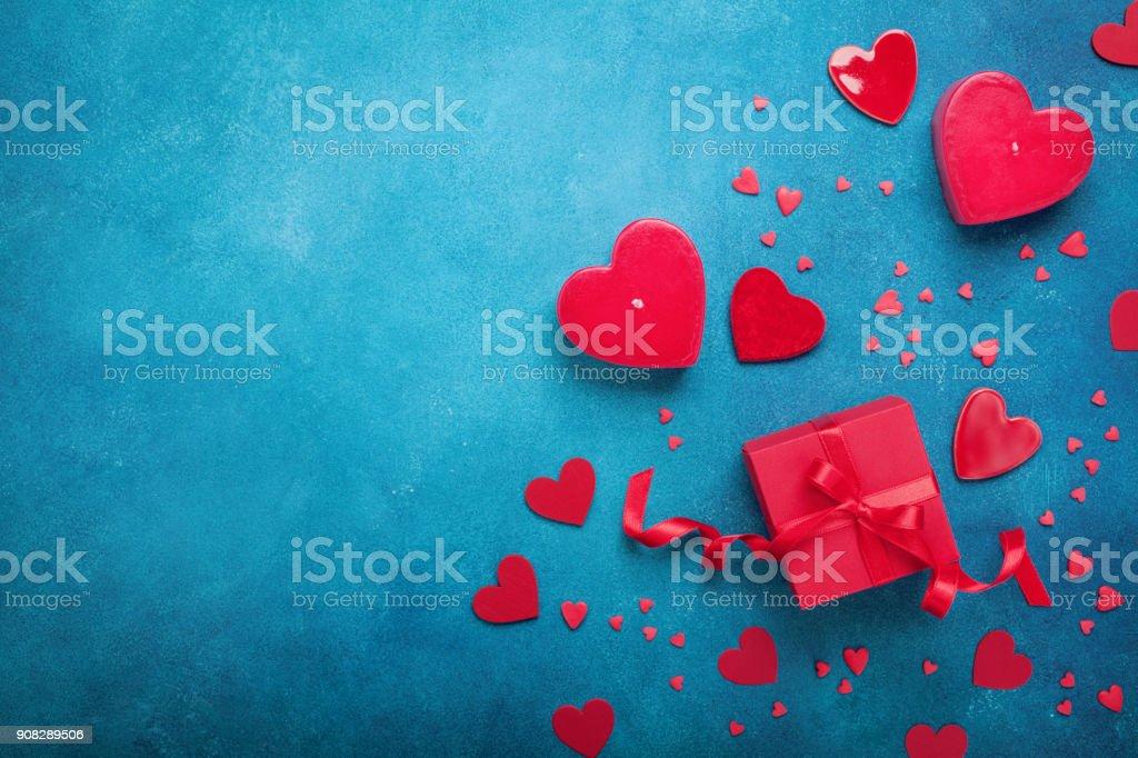 Plano de fundo dia dos namorados com corações de caixa e vermelho de presente. Vista superior. Estilo liso leigo. - foto de acervo